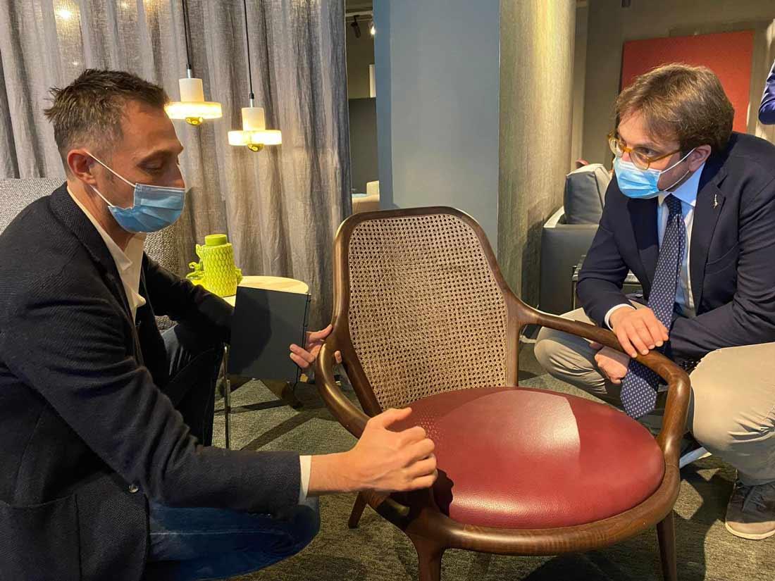 Filippo Berto mostra all'Assessore Guidesi la poltrona Patti - Showroom Meda