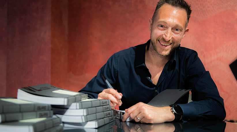 Filippo Berto firma le copie del libro Lo Spirito del 74