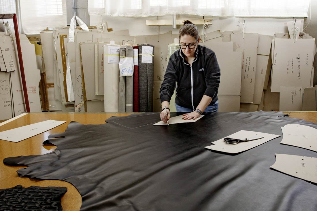 Revêtement en cuir aniline noir très doux pour le fauteuil Hanna