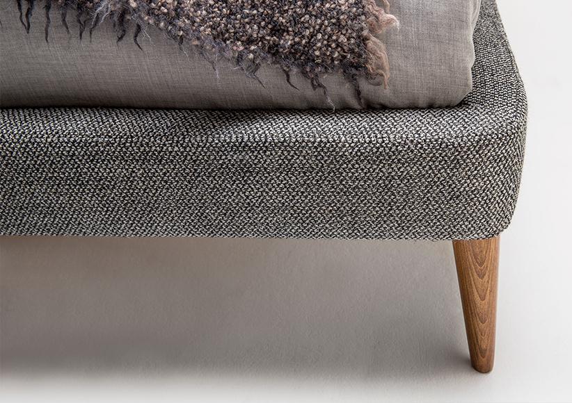 letto con piedini alti in legno massello di noce canaletto