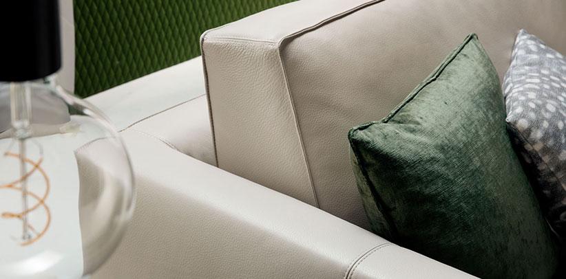 schienale divano in pelle Time Break sulla rivista di arredamento living