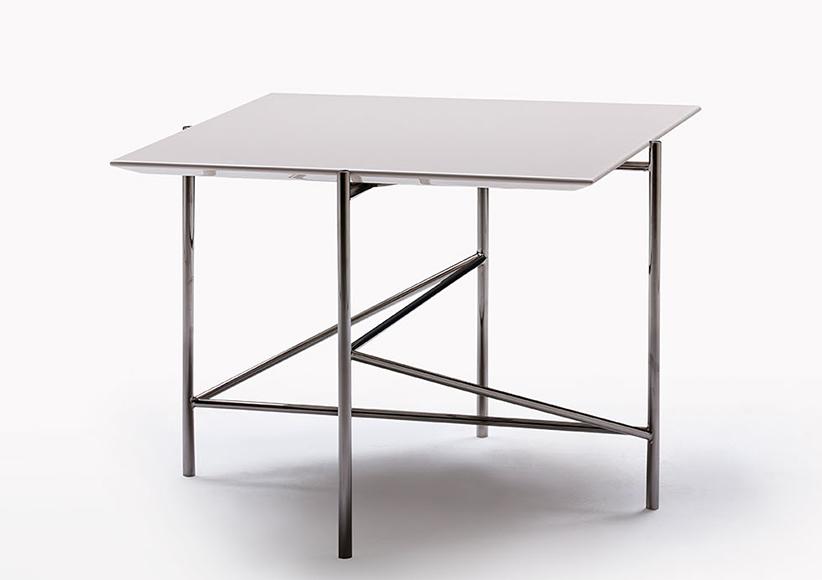 Tavolino Riff con piano laccato lucido e gambe in acciaio